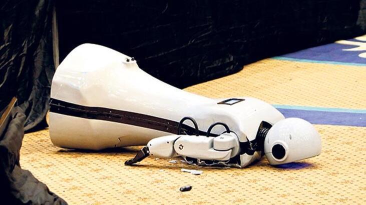 Düşüp yaralanan robot iyileşiyor