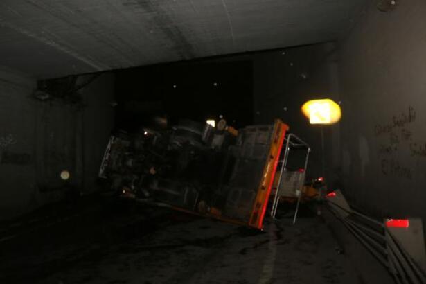 Beyoğlu'nda vinç devrildi, yol trafiğe kapandı!