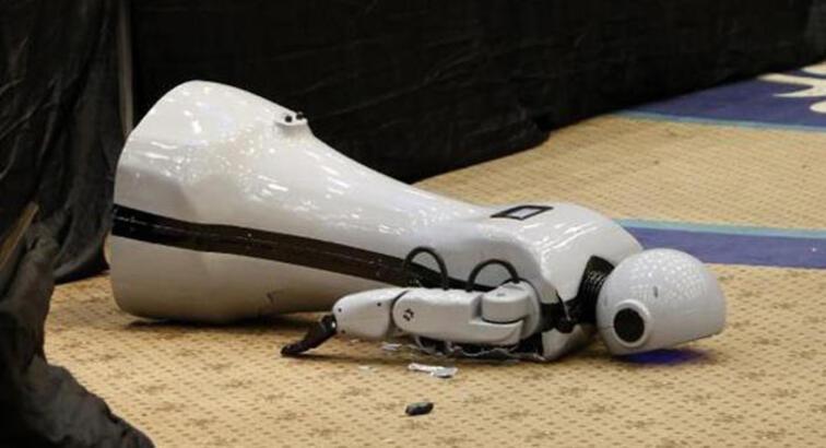İlk yerli insansı robot sahneden düşüp parçalandı