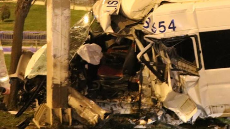 Servis minibüsü bariyerlere çarptı