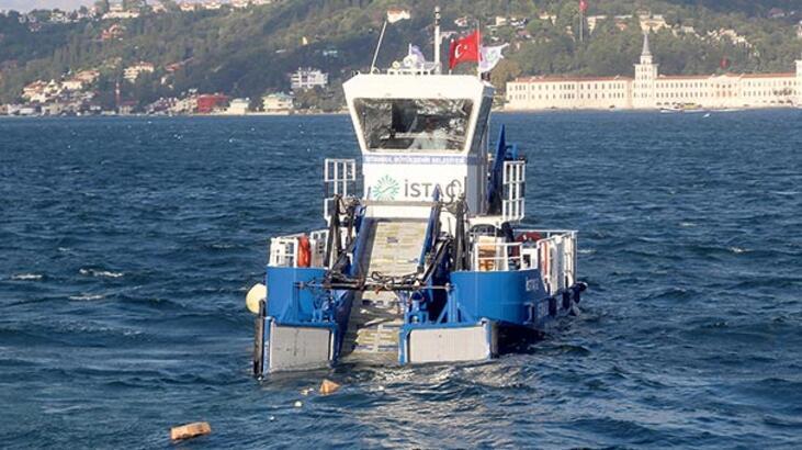 Deniz yüzeyinden 140 kamyon çöp toplandı