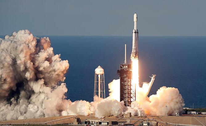 SpaceX Falcon Heavy roketinin okyanusa konan parçasını kaybetti!