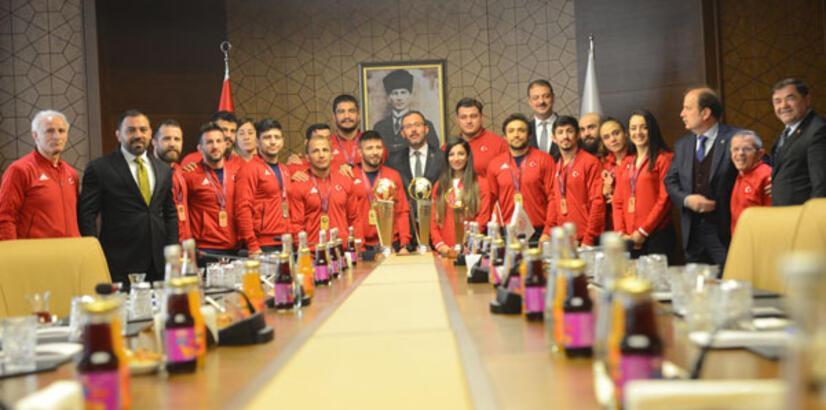 Bakan Kasapoğlu milli güreşçileri kabul etti: Omuz omuza yürüyeceğiz