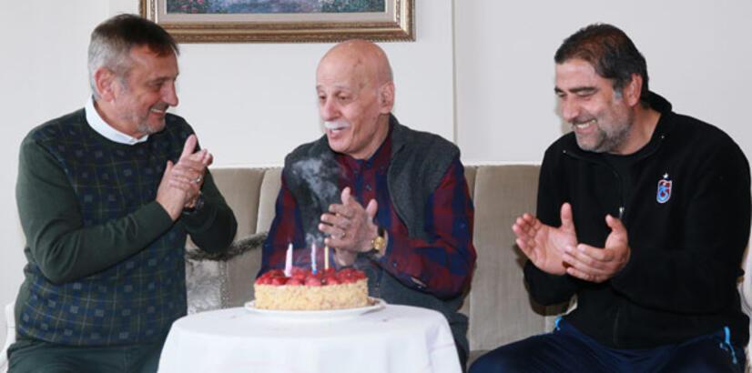 Ahmet Suat Özyazıcı'ya sürpriz doğum günü