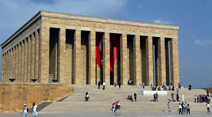 """Anıtkabir'de 63 yıl görev yapmış Türk Bayrağı direği kim tarafından hediye edilmiştir?"""""""