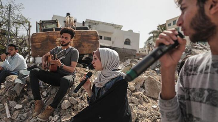 Gazze'deki AA ofisinin bulunduğu binanın enkazında şarkı yarışması