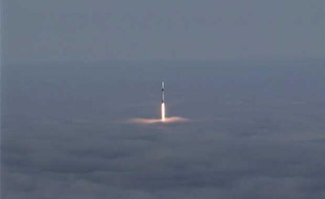 SpaceX, Falcon 9 roketiyle 3 uyduyu uzaya fırlattı