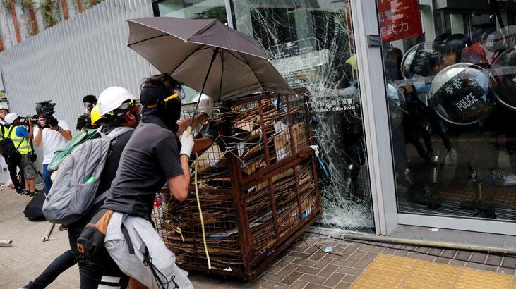Hong Kong'da protestocular parlamentonun camlarını kırdı