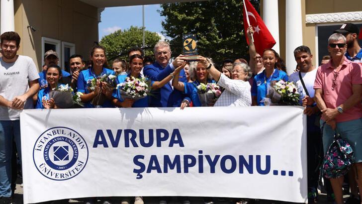 Avrupa şampiyonu İAÜ Kadın Tenis Takımı coşkuyla karşılandı