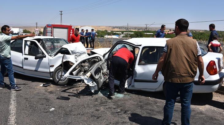 İki otomobil kafa kafaya çarpıştı! sürücüler sıkıştı