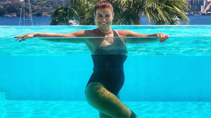 Ece Vahapoğlu'dan havuz pozu