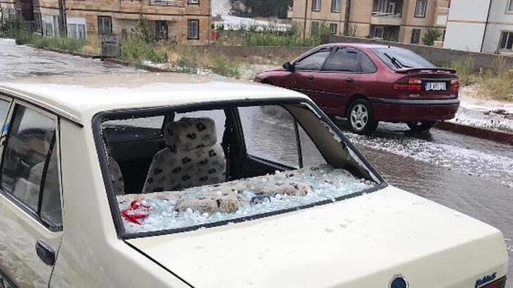 Dolu aracın camını kırdı!