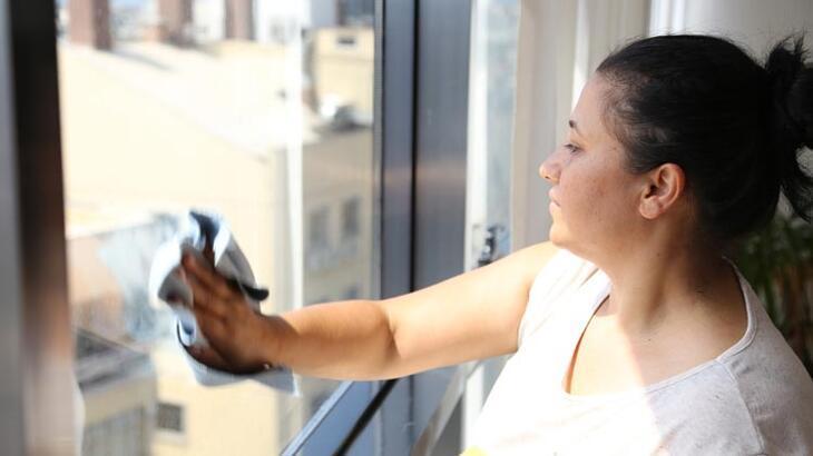 5 kez sildiği camın temizliğini beğenmeyen ev sahibi ile karakolluk oldu