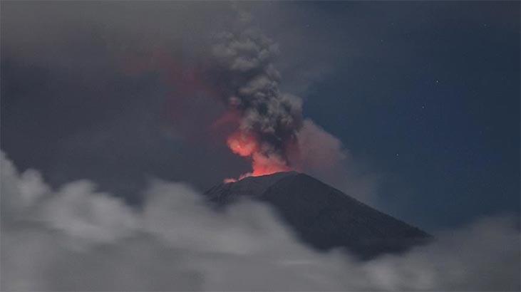 Alevler 600 metreye kadar yükseldi! Asama Yanardağı'nda patlama