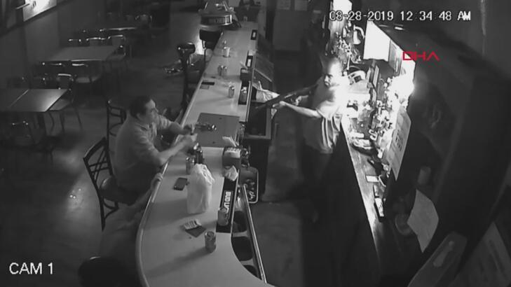 Bar soyuldu, o içmeye devam etti!