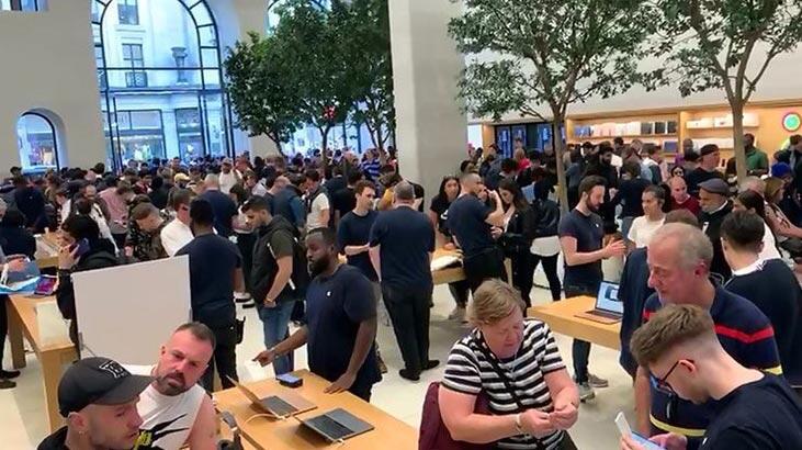 Geceden sıraya girdiler! iPhone 11 satışa çıktı