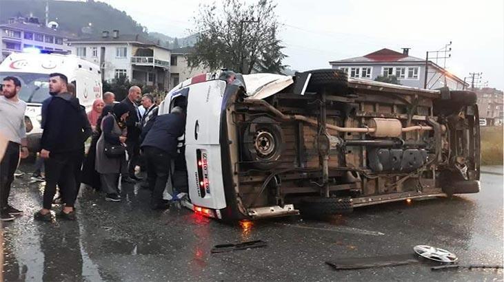 Yolcu minibüsü ve otomobil çarpıştı: Çok sayıda yaralı var