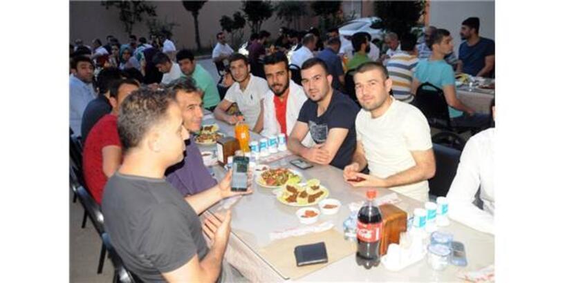 Cizre'de Hastane Personeli İftar Sofrasında Bir Araya Geldi