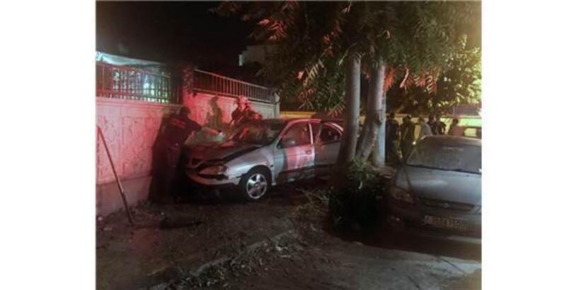 İzmir'de Duvara Çarpan Otomobil Alev Aldı