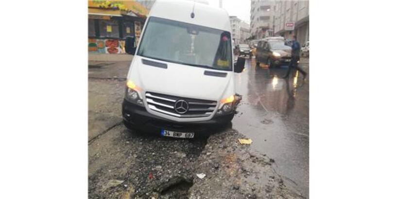 Esenyurt'ta Yol Çöktü, İşçi Servisindeki 3 Kişi Yaralandı