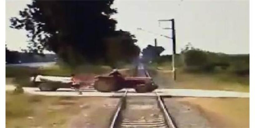 Yük Treni İle Traktörün Çarpışması Kamerada