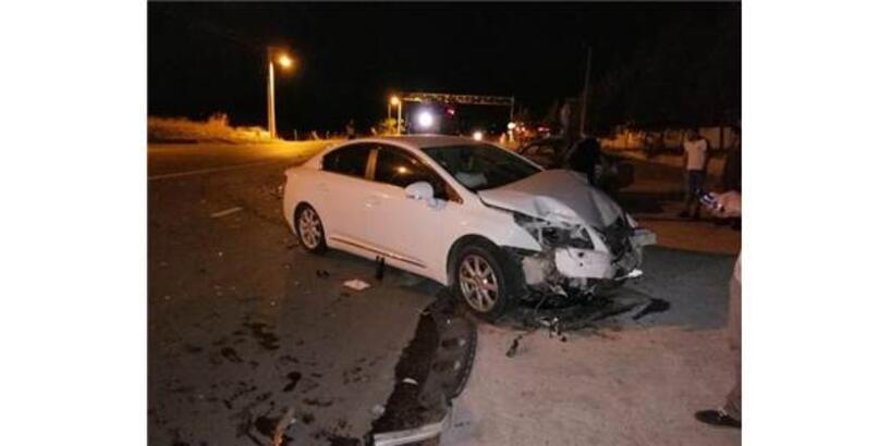 İki Otomobil Çarpıştı: 1 Ölü, 4 Yaralı
