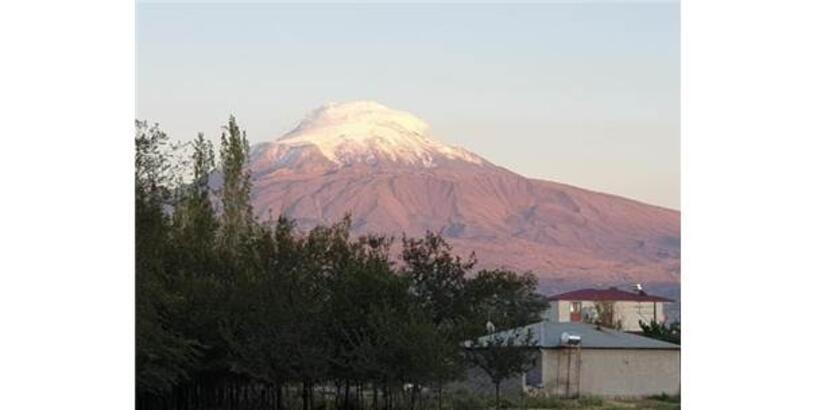 Ağrı Dağı'na Mevsimin İlk Karı Yağdı