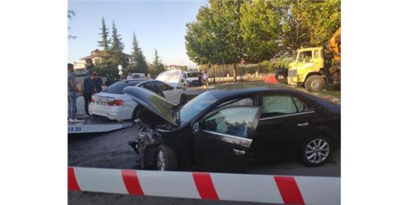 İki Otomobil Kavşakta Çarpıştı: 2 Yaralı
