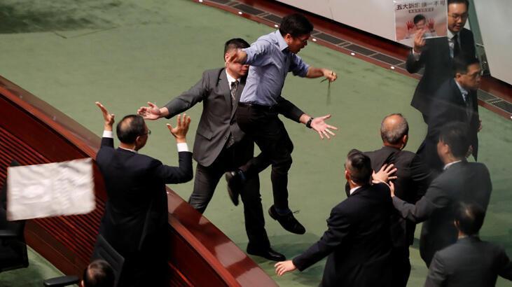 Hong Kong'da meclis oturumu protestolar nedeniyle iptal