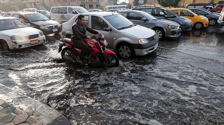 Kahire'de şiddetli yağışlar nedeniyle havalimanını su bastı