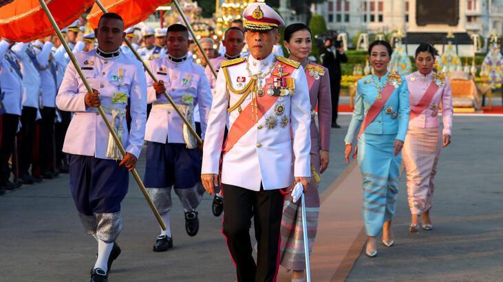 Tayland Kralı altı saray çalışanını daha kovdu