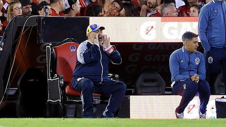 Maradona tahta çıktı!