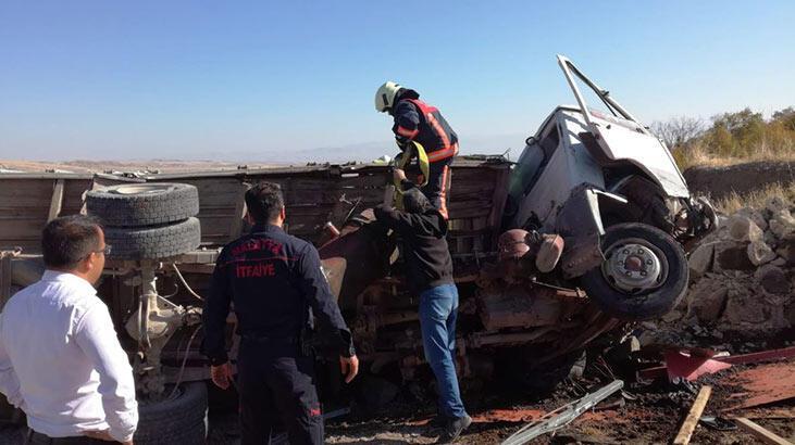 Gübre yüklü kamyonet devrildi: 1 ölü, 1 yaralı