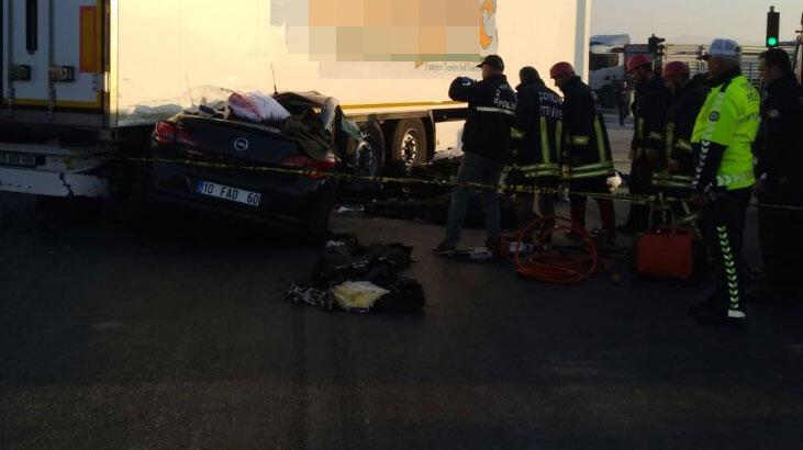 Otomobil, TIR'ın altına girdi: 3 ölü, 1 yaralı!