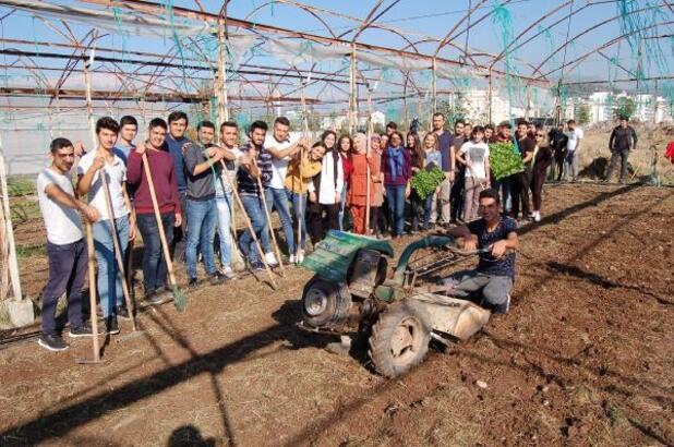 Öğrenciler uygulamalı kışlık sebze ekimi yaptı