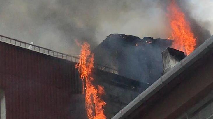 Kadıköy'de 3 katlı binanın çatısı alev alev yandı