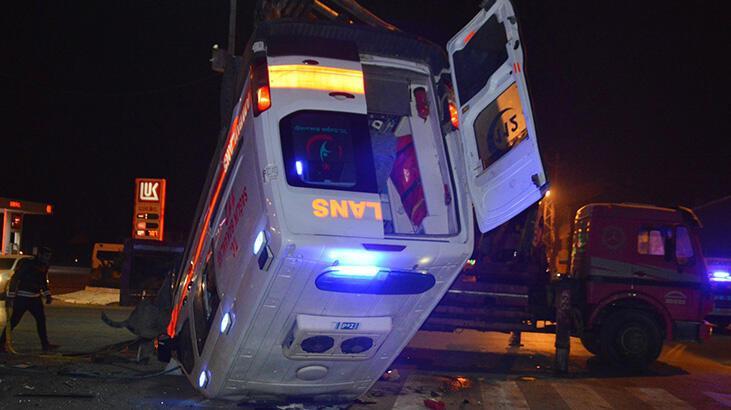 Hasta taşıyan ambulans kaza yaptı: 1 ölü, 9 yaralı