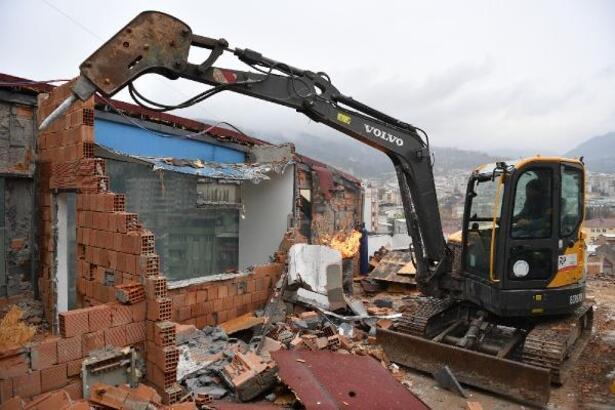 Osmangazi Belediyesi, kaçak inşa edilen 8 katlı ruhsatsız binanın yıkımına başladı