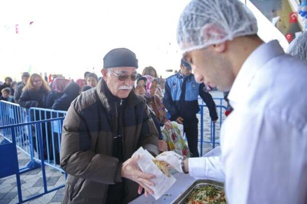 Başakşehir'de 5 ton balık pişirilip vatandaşa ikram edildi