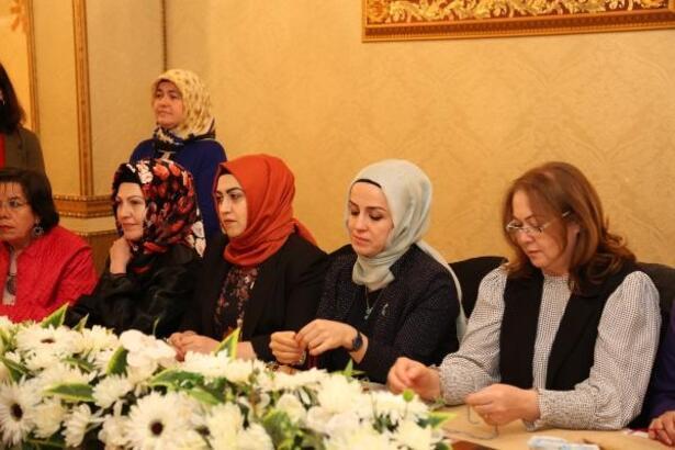 Sivas'ta kadınlar tezgahsız halı dokudu