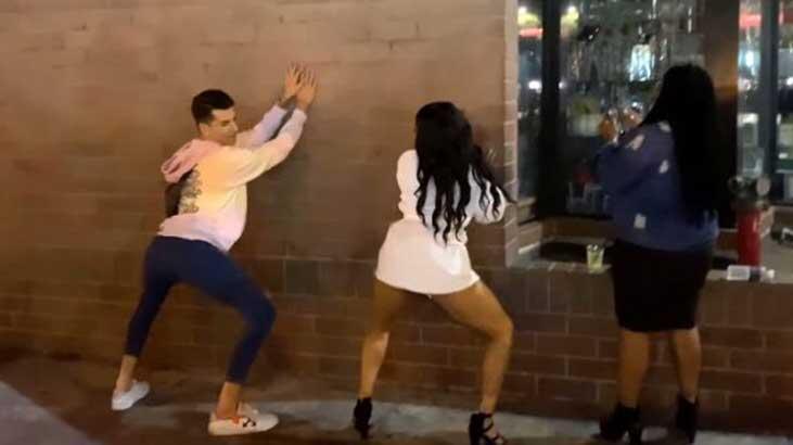 Kerimcan Durmaz, sokak ortasında kalça dansı yaptı