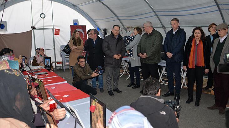 9 ülkenin büyükelçisi HDP önündeki eyleme katılan aileleri ziyaret etti