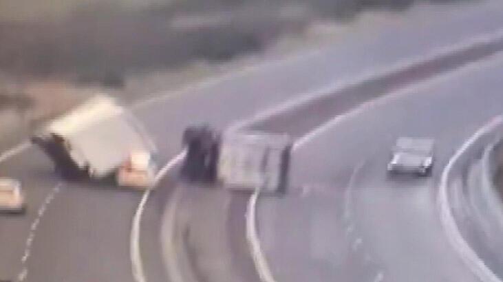 Şiddetli rüzgar kamyonu polis aracının üzerine devirdi!