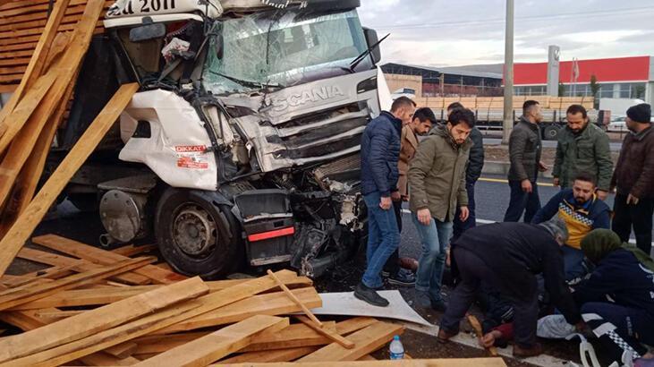TIR durakta yolcu alan halk otobüsüne çarptı: 11 yaralı