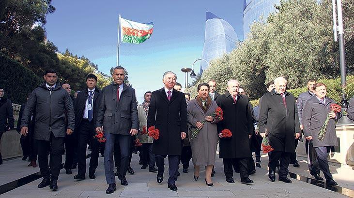 Uluçay Haydar Aliyev'in  kabrini ziyaret etti