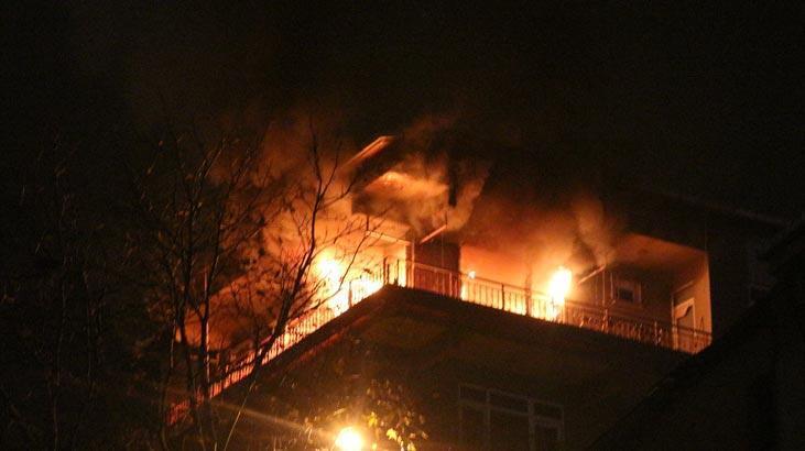 Kadıköy'de 4 katlı bina alev alev yandı