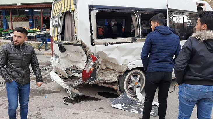 Nizip'te öğrenci servisi, otomobil ile çarpıştı: 16 yaralı