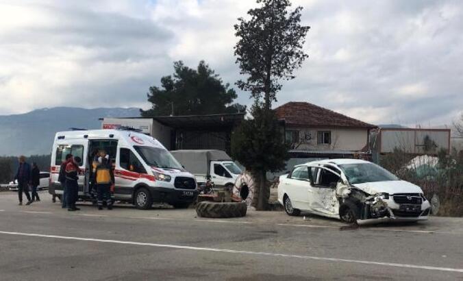 Traktörle otomobil çarpıştı: 3 yaralı