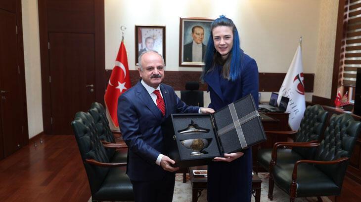 Milli voleybolcu Meryem Boz, Eskişehir Valisi Özdemir Çakacak'ı ziyaret etti