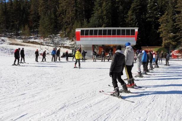Üniversite öğrencilerine kayak eğitimi